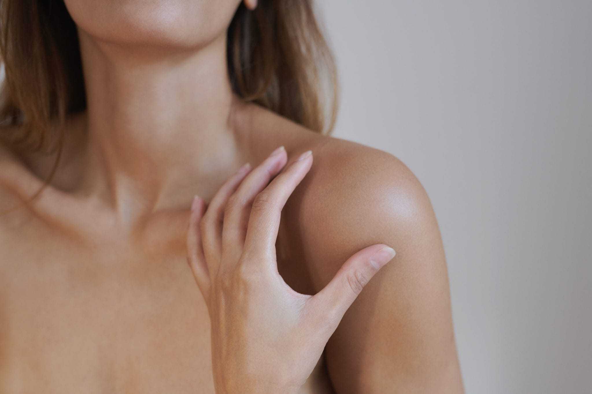 close up of model's hands on her shoulder